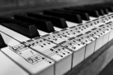 آموزش تخصصی آواز پاپ کلاسیک و سلفژ